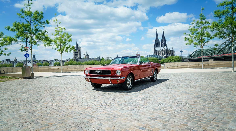 Sie möchten einen Ford Mustang fahren? Bei uns können Sie einen roten Ford Mustang als Cabriolet mieten.