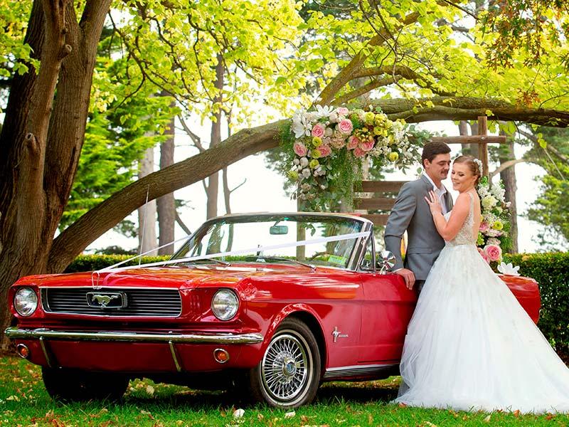 Wir bieten Ihnen das perfekte Hochzeitsauto für Ihre Hochzeit: den Ford Mustang als Cabriolet.